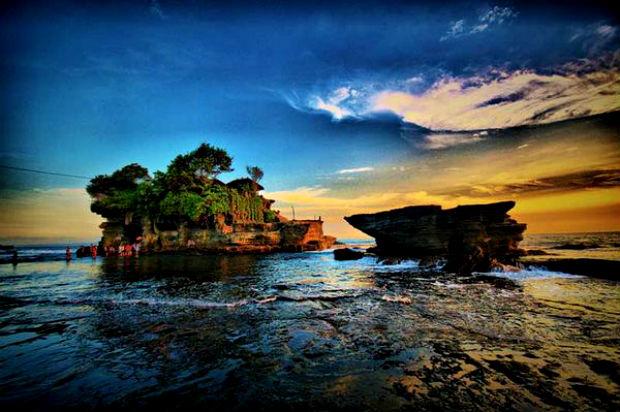 Vẻ đẹp thơ mộng của đền Tanah Lot nằm giữa biển khơi