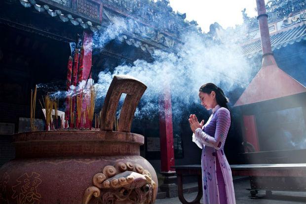 Người dân xứ Huế nô nức đi Chùa đầu xuân để xin bình an