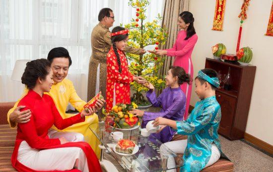 Á khôi áo dài đón Tết tại quê nhà;  Shutterstock ID 255356977